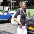 Charlene Wittstock accompagne le pince Albert dans l'un de ses déplacement en 2009. Un look de ville trop neutre.