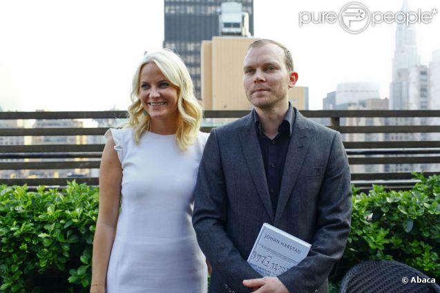 Au bureau du consul de Norvège à New York, la princesse Mette-Marit a rencontré, le 7 juin 2011, un compatriote dont le roman vient de paraître aux Etats-Unis.