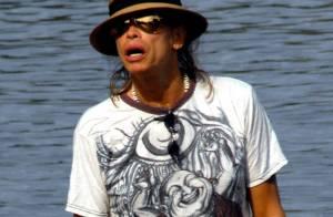 Steven Tyler : En vacances avec son amoureuse, il soigne son look de plage !