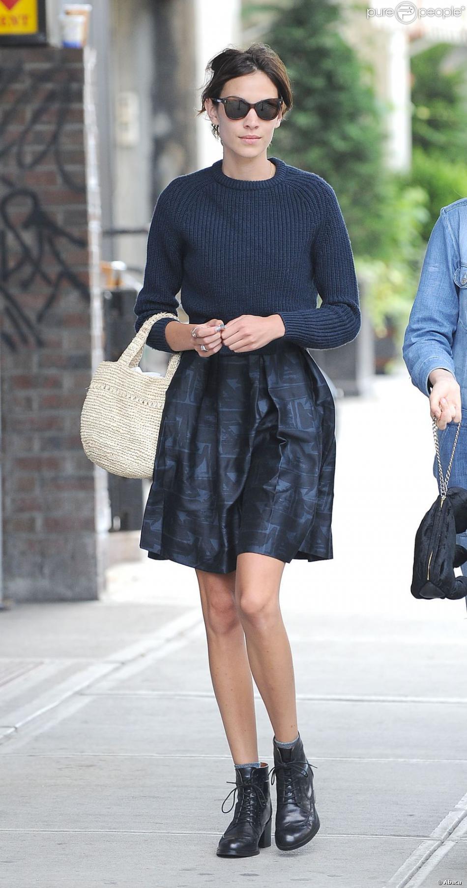 alexa chung affirme son style trendy avec une ravissante jupe et un l ger pull bleu nuit elle. Black Bedroom Furniture Sets. Home Design Ideas