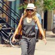 Naomi Watts réussit un pari osé : rendre fashion une simple combinaison en coton ! Et pour cela, elle booste sa tenue avec des accessoires bien choisis comme un panama, une ceinture et des derby camel. New York, 8 juin 2011