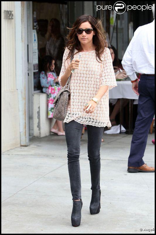 Ashley Tisdale est une vraie fashionista avec son slim, sa blouse style seventies et ses magnifiques boots. Los Angeles, 8 juin 2011