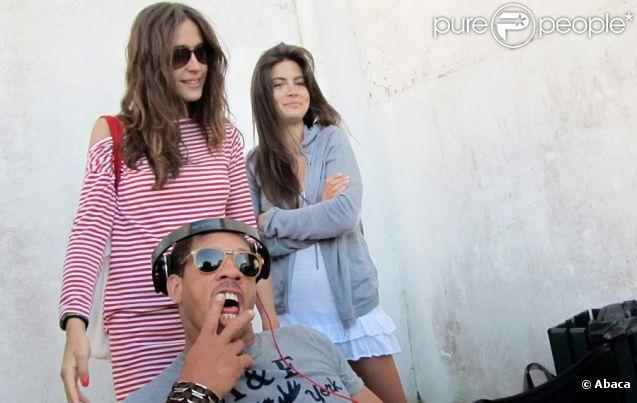 JoeyStarr et Victoria Olloqui (en pull rayé) sur le tournage du premier film  L'amour dure 3 ans de Frédéric Beigbeder à Guethary, Pays Basque près de Biarritz, aux  environs du 1er juin 2011