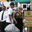 Premièresortie pour Willow Sage ! Pink et son mari Carey Hart se sont baladés au marché et on fait un petit détour par le très réputé Urth Caffé. Los Angeles, 15 juin 2011