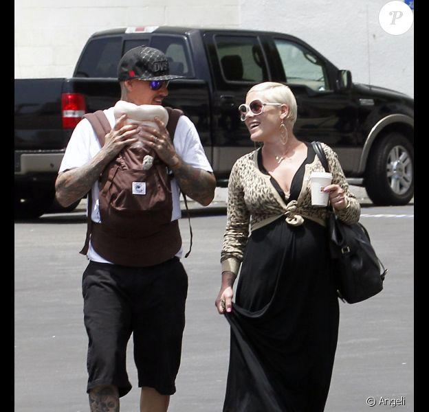 Pink est aux anges avec son mari Carey Hart et sa petite fille Willow Sage, née le 2 juin 2011. Los Angeles, 15 juin 2011