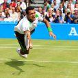 Jo-Wilfried Tsonga (phto : en juin 2011 lors du tournoi du Queen's, où il a perdu en finale face à Andy Murray) est très à l'aise avec son corps bodybuildé, tant à l'entraînement ou lors de fiestas que quand il s'agit de poser entièrement nu pour une campagne contre le cancer, comme ce fut le cas dans les pages du  Cosmopolitan  anglais en juin 2011.