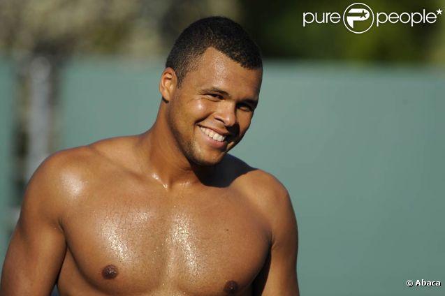 Jo-Wilfried Tsonga est très à l'aise avec son corps bodybuildé, tant à l'entraînement ou lors de fiestas que quand il s'agit de poser entièrement nu pour une campagne contre le cancer, comme ce fut le cas dans les pages du  Cosmopolitan  anglais en juin 2011.