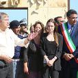 Angelina Jolie, ambassadrice de bonne volonté auprès du Haut-commissariat aux réfugiés de l'ONU, se trouve à Lampedusa (Italie) le 20 juin 2011, avec le maire Dino de Rubeis pour visiter un camp de réfugiés