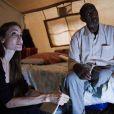 L'ambassadrice du Haut-Commissariat aux réfugiés des Nations Unies, Angelina Jolie, parle avec des demandeurs  d'asile à Lampedusa (Italie) le 19 juin 2011