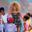 Beyoncé fait une surprise à des élèves d'une école de danse à Harlem, New York, le 30 juin 2011.