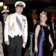 Le prince Willem-Alexander des Pays-Bas et la comtesse Sophie de Wessex sur le tapis rouge du dîner en l'honneur des jeunes mariés Albert et Charlène sur la terrasse éphémère du Casino de Monte-Carlo.   Après le festival des têtes couronnées sur le tapis rouge du Palais princier, le prince Albert et la princesse Charlene étaient gratifiés par leurs convives royaux d'un véritable feu d'artifice d'élégance pour le dîner donné sur les terrasses du Casino de Monte-Carlo, le 2 juillet 2011 au soir.