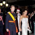 La princesse Stéphanie accompagnée par le grand-duc Henri de Luxembourg sur le tapis rouge du dîner en l'honneur des jeunes mariés Albert et Charlène sur la terrasse éphémère du Casino de Monte-Carlo.   Après le festival des têtes couronnées sur le tapis rouge du Palais princier, le prince Albert et la princesse Charlene étaient gratifiés par leurs convives royaux d'un véritable feu d'artifice d'élégance pour le dîner donné sur les terrasses du Casino de Monte-Carlo, le 2 juillet 2011 au soir.