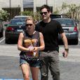 Hilary Duff se rend au restaurant Mo's en compagnie de son époux, Mike Comrie, à Los Angeles, samedi 2 juillet 2011.