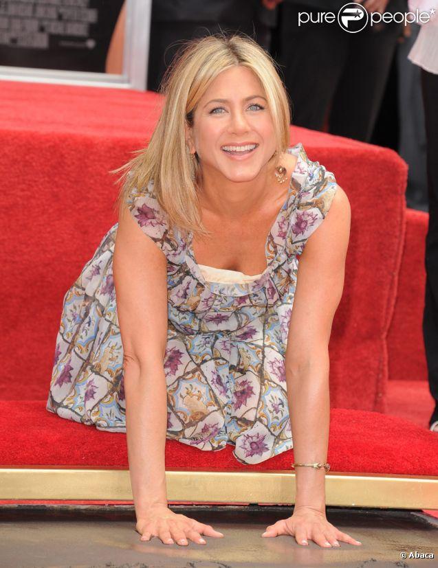 Jennifer Aniston, portant une robe Prada, dépose ses empreintes dans le ciment d'Hollywood le 7 juillet 2011