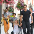 David Charvet et sa compagne Brooke Burke, se promènent à Los Angeles avec leurs enfants Rain et Shaya, le 14 juillet 2011