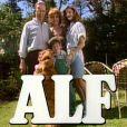 Alf, adorable extraterrestre, star de la série éponyme, entouré des quatre membres de la famille Tanner.