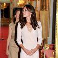 Kate Middleton découvre avec plaisir l'installation de sa fameuse robe de mariée, au palais de Buckingham, le 22 juillet 2011.