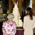 Kate Middleton et la reine Elizabeth II découvrent la pièce montée du mariage du siècle, au palais de Buckingham, le 22 juillet 2011.