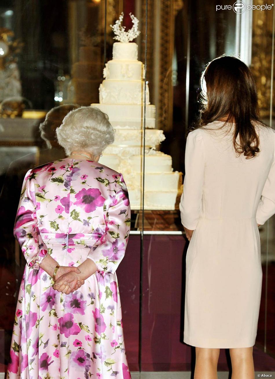 Kate middleton et la reine elizabeth ii d couvrent la for Code de robe de mariage de palais de justice