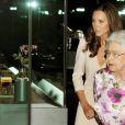 Kate Middleton et la reine Elizabeth II découvrent l'installation de la  fameuse robe de mariée de la duchesse, au palais de Buckingham, le 22  juillet 2011.