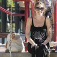 Robe noire et lunettes de soleil, Rebecca Gayheart reste l'une des plus jolies mamans d'Hollywood en attendant la naissance de son second enfant.