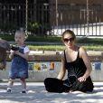Rebecca Gayheart et sa fille Billie-Beatrice dans un parc de Los Angeles le 22 juin 2011 alors que son mari est en cure de réhabilitation