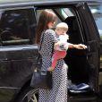Miranda Kerr ne lâche pas une seule seconde son beau bébé des yeux, même pour sortir de sa voiture alors qu'elle rend visite à une amie à Santa Barbara le 23 juillet 2011