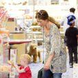 Rebecca Gayheart et sa fille Billie Beatrice font quelques achats dans un magasin de jouets à Los Angeles, le 29 juillet 2011.