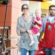 Rebecca Gayheart et sa fille Billie Beatrice sortent d'un magasin de jouets de Los Angeles, le 29 juillet 2011.