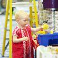 Billie Beatrice, la fille de Rebecca Gayheart et Eric Dane, s'amuse dans un magasin de jouets, à Los Angeles le 29 juillet 2011.