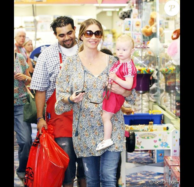 Rebecca Gayheart et sa fille Billie Beatrice font du shopping à Los Angeles, le 29 juillet 2011.