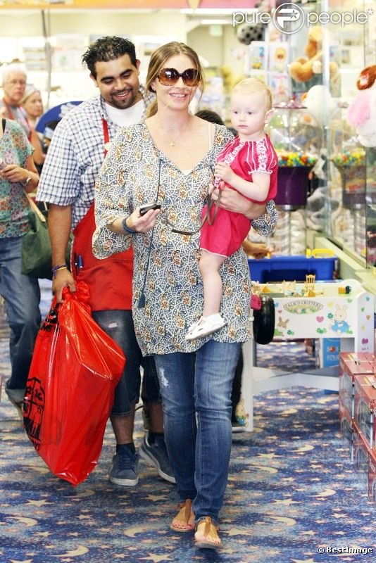 Rebecca Gayheart et sa fille Billie Beatrice font du shopping à Los Angeles, le 29 juillet 2011.