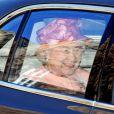 La reine Elizabeth II arrive au mariage de Zara Phillips et de Mike Tindall, à Edimbourg, le 30 juillet 2011.