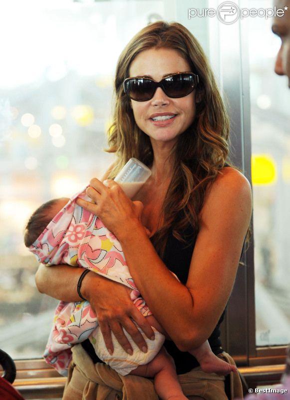 Denise Richards à l'aéroport de New York avec son bébé Eloise et ses deux filles Lola et Sam le 30 juillet 2011