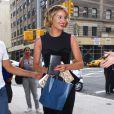 Dianna Agron a reçu des cadeaux de fans à son arrivée pour Le Late Show de David Letterman à New York le 1 août 2011.