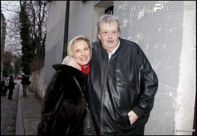 Guy Carlier et son épouse Joséphine Dard, à Paris, le 16 décembre 2011.