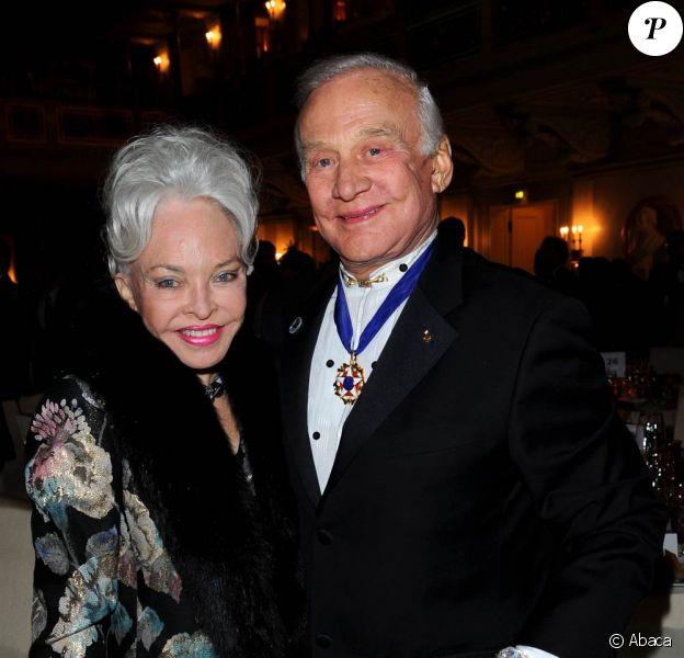 Buzz Aldrin et sa future ex-troisième épouse Lois Cannon, en février 2011, lors de l'une de leurs dernières apparitions ensemble. L'astronaute a demandé le divorce le 15 juin 2011.