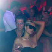 Paris Hilton finit sa nuit de folie au VIP Room avec un beau mannequin français