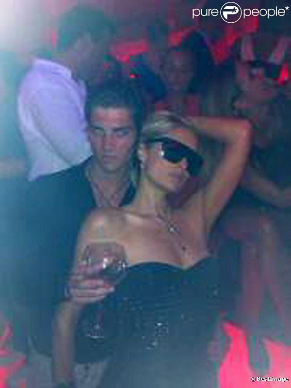 Paris Hilton a fini la soirée en compagnie du mannequin français Michael Champion, au VIP Room de St-Tropez, vendredi 5 août 2011.