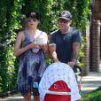 Selma Blair, son amoureux Jason et leur fils Arthur, né le 26 juillet. Promenade en famille le 6 août à Los Angeles