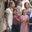 L'infante Elena et ses enfants Felipe et Victoria, Iñaki Urdangarin et Cristina d'Espagne avec Juan, Pablo, Miguel  et Irene, ainsi que Letizia et Felipe, accompagnés de Leonor et Sofia. Ils entourent la souveraine. 7 Août 2011