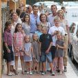 L'infante Elena et ses enfants Felipe et Victoria, Iñaki Urdangarin et Cristina d'Espagne avec Juan, Pablo, Miguel  et Irene, ainsi que Letizia et Felipe, accompagnés de Leonor et Sofia. Ils entourent tous la reine Sofia. 7 Août 2011