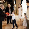 En l'honneur de sa rentrée à l'école primaire le 12 août, le prince Christian, sous les yeux de ses parents Frederik et Mary de Danemark et de sa petite soeur Isabella, a reçu en cadeau du Groenland une tenue traditionnelle.