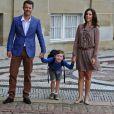 Avant de partir pour son premier jour de classe à l'école primaire de Gentofte, vendredi 12 août 2011, le prince Christian, 5 ans, fils du prince Frederik et de la princesse Mary de Danemark, a posé devant le palais d'Amalienborg et répondu avec impertinence aux questions des journalistes.