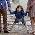 Avant de partir pour sa rentrée à l'école primaire de Gentofte, vendredi 12 août 2011, le prince Christian, 5 ans, fils du prince Frederik et de la princesse Mary de Danemark, a posé devant le palais d'Amalienborg et répondu avec impertinence aux questions des journalistes.