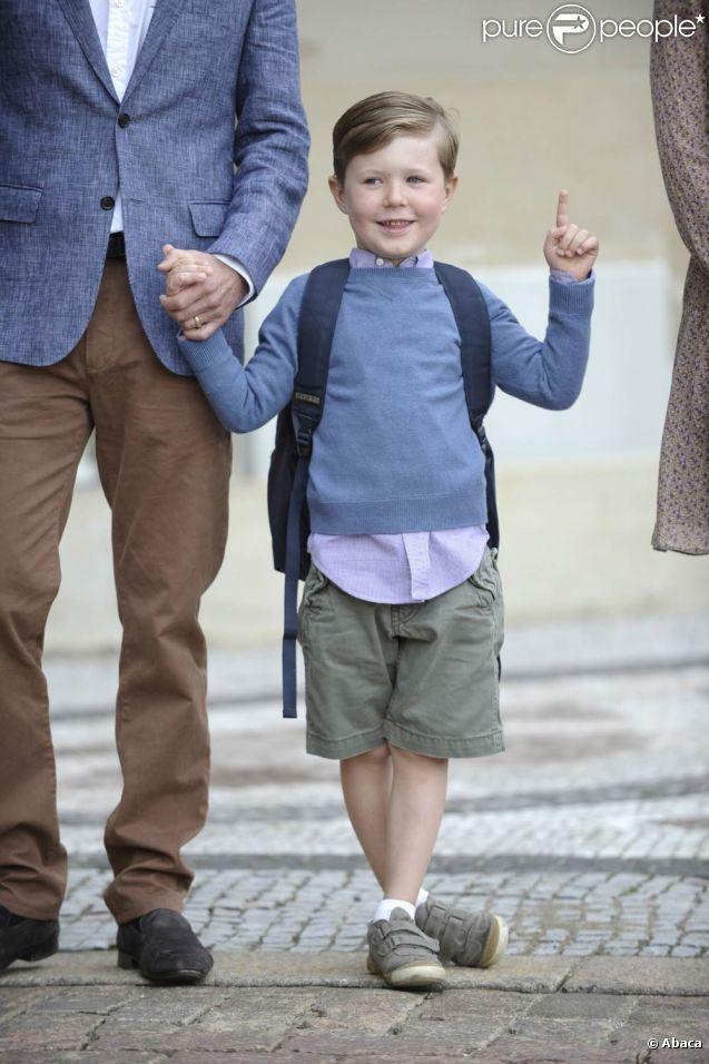 Prêt pour son premier jour de classe à l'école primaire de Gentofte, vendredi 12 août 2011, le prince Christian, 5 ans, fils du prince Frederik et de la princesse Mary de Danemark, a posé devant le palais d'Amalienborg et répondu avec impertinence aux questions des journalistes.