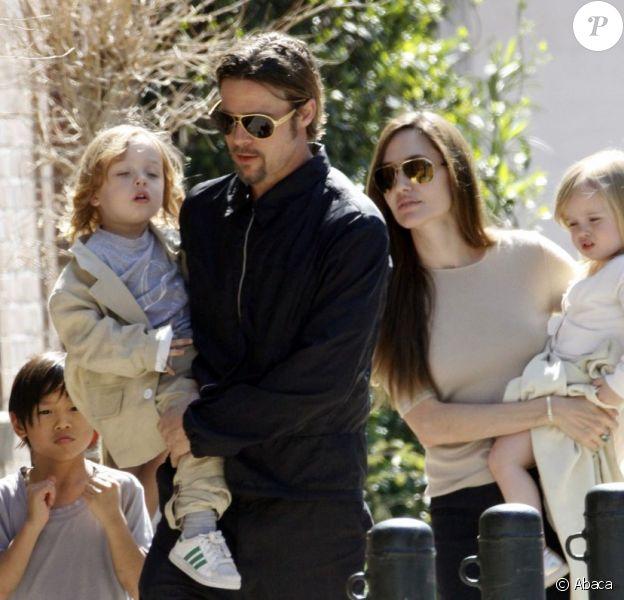 A Londres pour le tournage du prochain film de Brad Pitt, la famille Brangelina poursuit ses sorties. Le 13 août, le couple glamour a emmené ses aînés acheter des vélos puis a assisté avec les jumeaux et leurs deux filles à un spectacle de marionnettes.