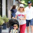 Naomi Watts et son mari Liev Schreiber avec leurs enfants Samuel Kai and Alexander Pete en promenade lors d'une journée ensoleillée, à New York, le 17 août 2011.