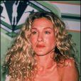 L'actrice n'a pas encore saisi toutes les astuces pour se maquiller et choisit pour le moment de mettre simplement en valeur sa bouche avec un rouge à lèvres brillant. Côté coiffure, SJP persiste et signe avec ses boucles blondes. (31 août 1999)