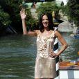 La réalisatrice italienne Asia Argento, habillée par Alberta Ferreti, est apparue enjouée à son arrivée à la Mostra. Venise, le 1er septembre 2011.